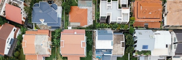 Eine Wohnsiedlung aus Flugperspektive.