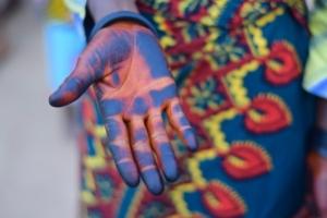 Eine mit Farben bemalte Hand.