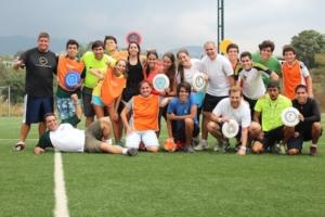 Eine lachende Fußballmannschaft posiert für ein Foto.