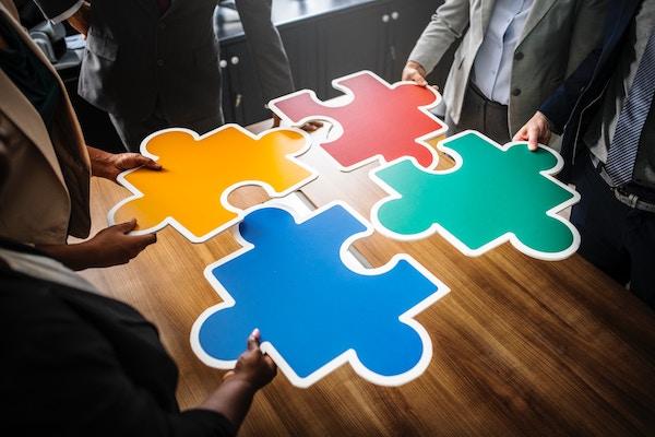 Verschiedene Puzzleteile fügen sich zusammen.